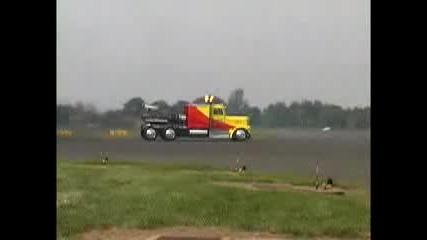 Камион С Реактиван Двигател vs. Самолет