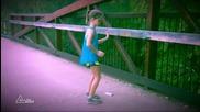 Момиченце с много шантав танц !