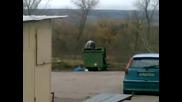 един хвърля циганин в кошче за буклук