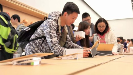 China: iFans rush to check out world's largest Apple Store in Dalian