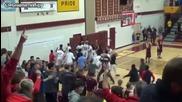 Баскетболист забива феноменален кош от другия край на игрището!