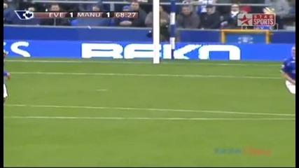 Wayne Rooney целува емблемата на Manchester United пред феновете на Everton