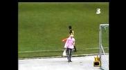 Блондинка на средата на стадиона по време на мач! ( пригответе се за смях )