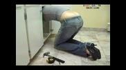 Русо момиче с изкочило дупе се прави на водопроводчик