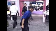 Луда дядка играе насред мола