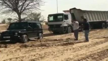 Ето как в Дубай Шейх помага на камион, който заседна в пясъка