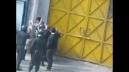 Полицаи пребиват с палки безпомощни жени