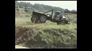 Мт - лб дърпа Урал затънал в кал - руски машини