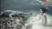 Модел позира с крокодил!