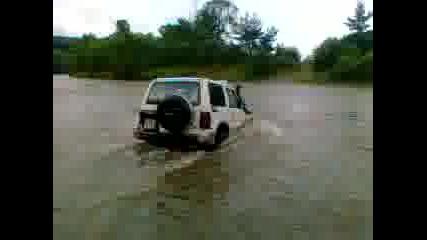 опит за преминаване на мицубиши паджеро за преминаване на река