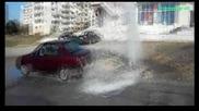 Спукан водопровод превърна улица в автомивка