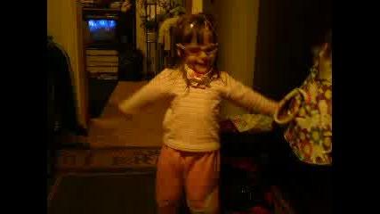 Дете на 3 год. танцува