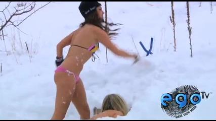 Момичета по бански се бият със снежни топки