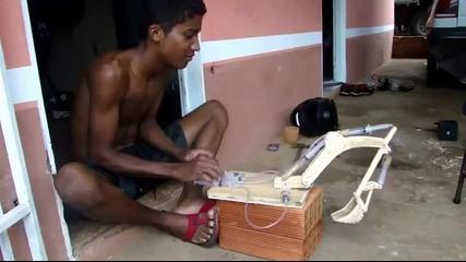 Щура играчка! Момче прави макет на багер задвижващ стрелата му с помощта на спринцовки