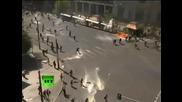 Гръцки протестанти хвърлят петролни бомби по полицаите