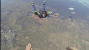 Човек припада докато скача с парашут