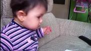 малко бебе си играе с ipad и си пуска музика