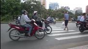 Пресичане на улица във Виетнам