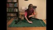 Малко момиченце разглобява автомат М - 16 като детска играчка