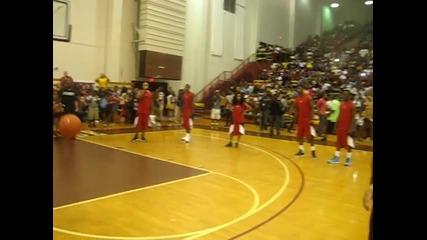 Justin Bieber играе баскетбол с Chris Paul [1]