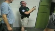 Инструктор по стрелба за малко да си проведе последният урок в живота