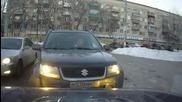 Девойка от Русия паркира на не съвсем подходящо място и предизвиква гнева на шофьорите