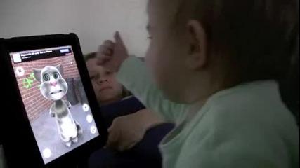 Момченце си играе с Talking Tom на Ipad