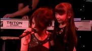 Селена пее с малко момиченце - A Year Without Rain