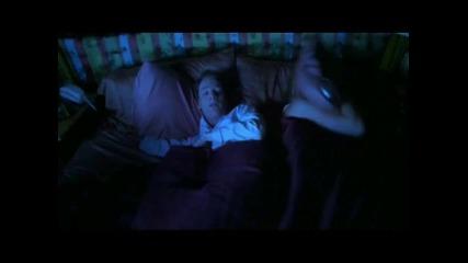 Идиот пърди в леглото докато жена му спи (смях)