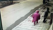 Бабата взе монетата и отпраши