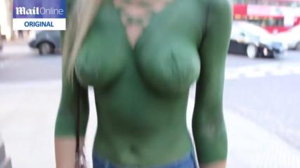 А вие ще забележите ли, че момичето е голо! Експеримент на улица в Лондон...