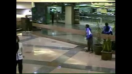 Циганин се изсира в мол (охранителна камера)