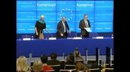 Гърция получава 43,7 млрд. евро помощ и й отписват 40 млрд. дълг