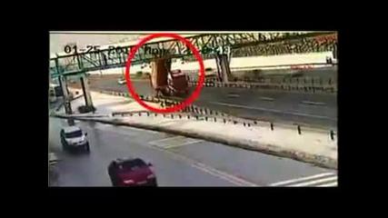 Малоумник помита мост и хората на него...