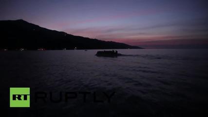 Гръцки рибар помага на лодки с бежанци да достигнат бреговете на о. Лесбос