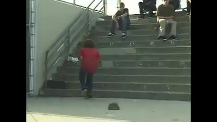 Глупаво хлапе си разбива топките със скейтборд!