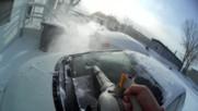 Ето какъв е най-лесният и бърз начин да почистите стълбите и колата си от натрупания сняг!