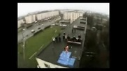Луд скача от апартамент на друг с разлика 7, 5м
