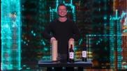 Магьосник извади много вино от два картонени цилиндъра