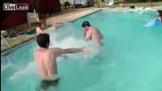 изпусна се в басейна