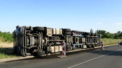 Изправяне на обърнат с 20 т текстил естонски камион в Симеоновград 19.07.2015