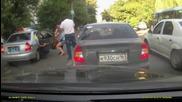 Полицейска кола удря момиче на пешеходна пътека