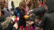 """""""ВЕЛИКДЕН ЗА ВСЕКИ"""": Деца боядисваха яйца за нуждаещи се възрастни хора"""