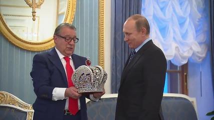 Russia: Putin crowns comedian Gennadi Khazanov for his bday