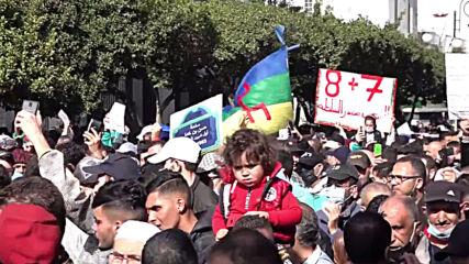 Algeria: Anti-govt protesters flood Algiers streets