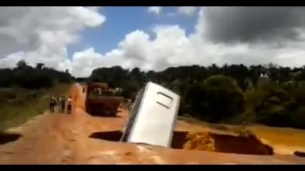 Автобус в Бразилия пада в огромна дупка на пътя