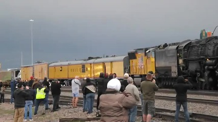 Мъж премества в последният момент момче от релсите на идващ влак !