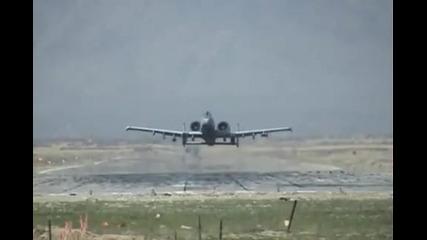 А-10 излита и минава на метри от земята/lowass A-10 Flyby!!