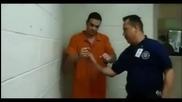 Престъпник показва как се чупят белезници пред полицаи