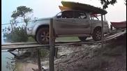 Да преминеш по този мост с джипа си е чиста лудост!